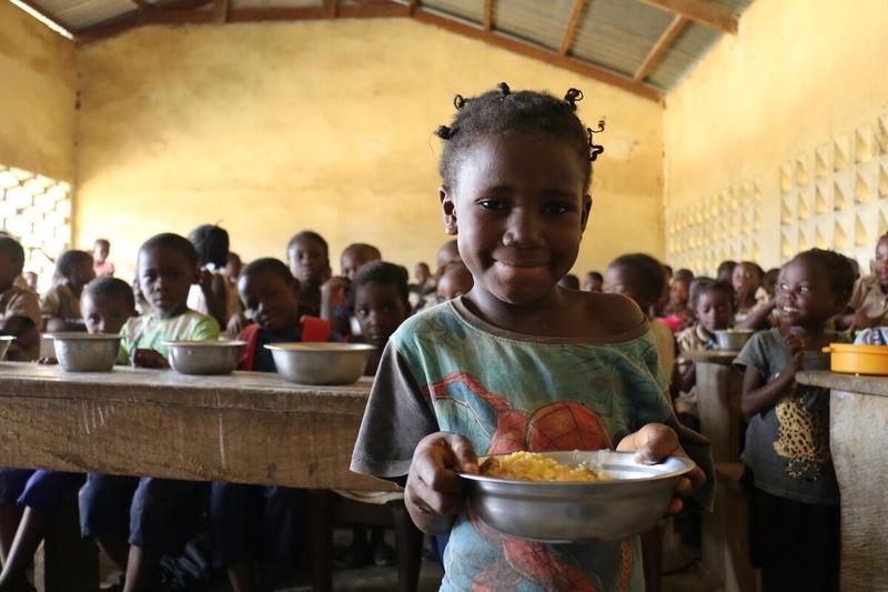 Donelive, une élève autochtone à l'heure du repas offert par la cantine scolaire